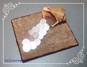 denezhnaya-rakushka-s-prikleennymi-monetkami